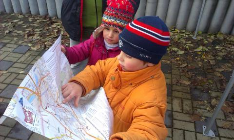 V cíli nad mapou trasy Pražského Minimaxu